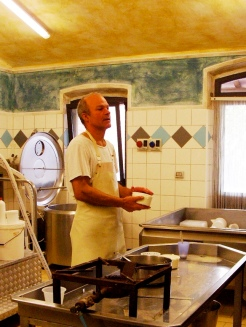 Visiting the artisan cheesemaker on our Tuscany tour